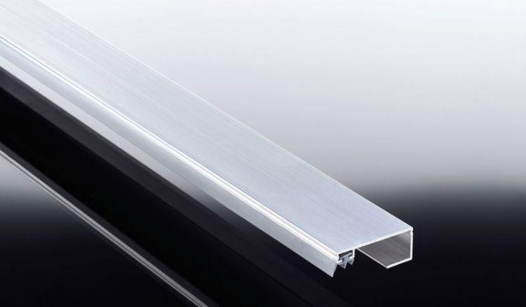 Das Randprofil des kostensparenden Aluprofil Universalsystems zur Befestigung von 6 - 25 mm Stegplatten und 8 - 10 mm Isoglas auf Unterkonstruktionen hat eine Breite von 60 mm. Dieses schließt Ihre Stegplatten zu den Seiten ab. Ein Weichgummiprofilband zu
