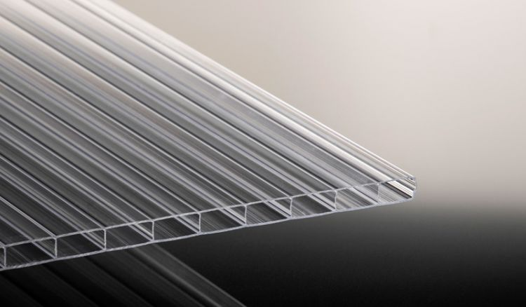 Die schlagfeste Stegplatte aus bruchfestem Polycarbonat mit extra breiten Kammern (16 / 32 mm) in 8 verschiedenen Längen.