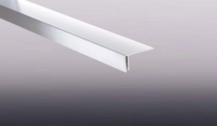 Das passende Abedeckprofil für unser Lüftungsprofil in weiß sorgt für einen optisch ansprechenden Abschluss beim Lüftungsprofil.