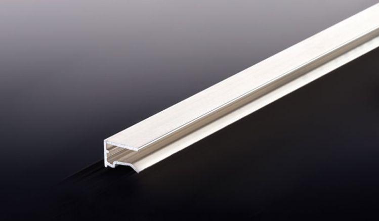 Unser preiswertes 10 mm Alu U-Abschlussprofil mit Tropfkante ist in einer Länge von 1050 mm erhältlich. Es verschließt die oberen und unteren Plattenstirnseiten von Stegplatten und verhindert somit ein Verschmutzen der Hohlkammern.