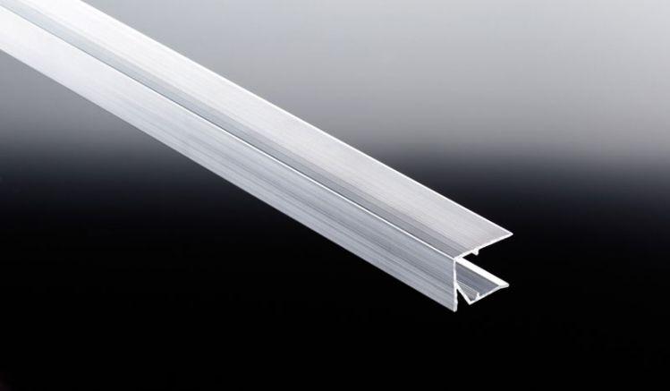 Das günstige 25 mm Alu U-Abschlussprofil in pressblank für Stegplatten ist in den Längen von 980 mm und 1200 mm erhältlich. Dieses schützt die Kanten der Stegplatten und verhindert ein Eindringen von Feuchtigkeit und Schmutz.