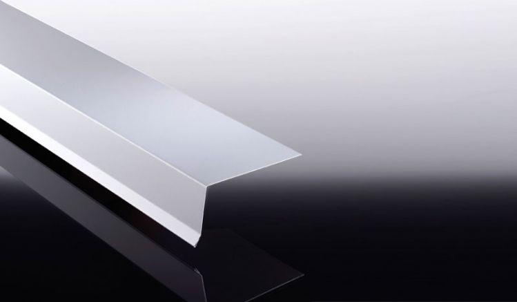 Das Traufenblech aus Aluminium ist mit 25 my Polyesterlack beschichtet und hat eine Materialstärke von 0,7 mm. Das Maß beträgt: 60 x 150 x 500 - 3500 mm