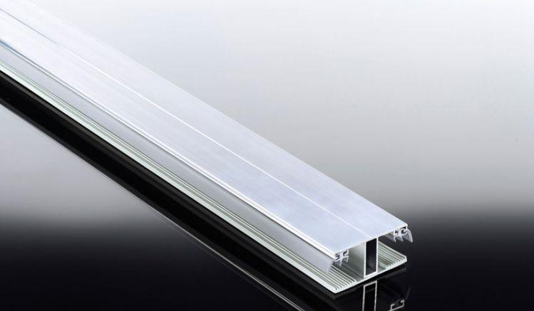 Unser Aluprofil Kombisystem für die Montage von 16 mm Stegplatten: Das Verbindungsprofil ist eine Kombination aus Aluoberprofil und Weichgummiprofilband als Auflage für die Stegplatten. Eine preiswerte Alternative für einfache Überdachungen.