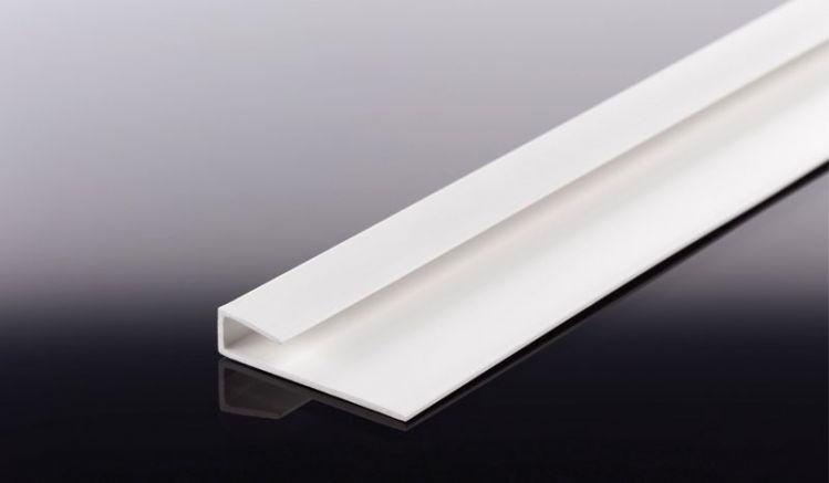 Abschlussprofil aus Hart-PVC in der Länge 2500 mm. Es ist für 6 mm Fassadenplatten vorgesehen und bei meinbaustoffversand.de in Braun, Schwarz und Weiß verfügbar