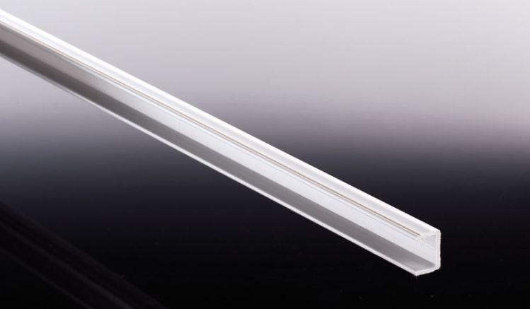 Unsere Kunststoff Distanzleiste dient der Verstärkung der Hohlkammern - speziell bei Acryl Stegplatten. Bei Zuschnitt der Platte in der Breite muss bei der Montage mit Aluprofilen eine Distanzleiste verwendet werden, um ein Brechen der Doppelstegplatten z