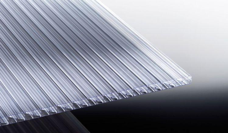 Die glasklare Stegplatte aus Polycarbonat ist extrem hagelfest und einmalig biegefest. Erhältlich in den Breiten 980 mm und 1200 mm. Die Länge reicht bis zu 7000 mm.