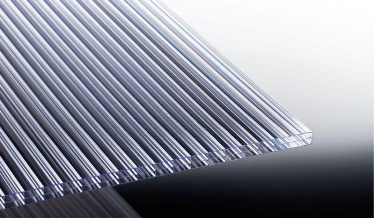Die 16 mm Stegplatte aus Polycarbonat ist extrem hagelfest und in den Längen 2000 mm bis 7000 mm erhältlich. Durch die übereinander liegenden Luftkammern bietet diese eine gute Wärmedämmung.