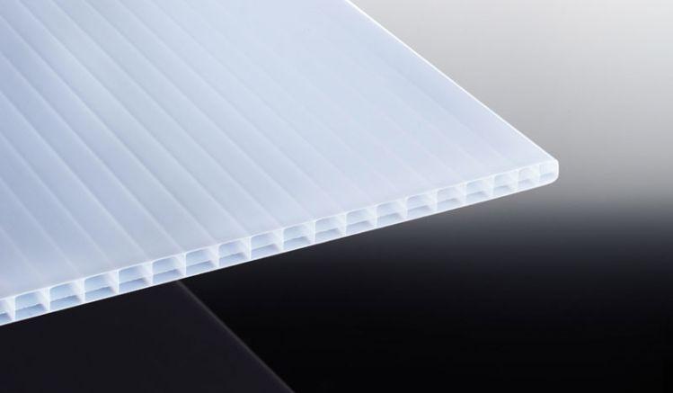 Die Polycarbonat Stegplatte in Weiß-Opal bietet einen guten Schutz vor Sonneneinstrahlung und Hitze. Erhältlich in den Breiten 980 mm und 1200 mm. Die Längen können individuell zugeschnitten werden.