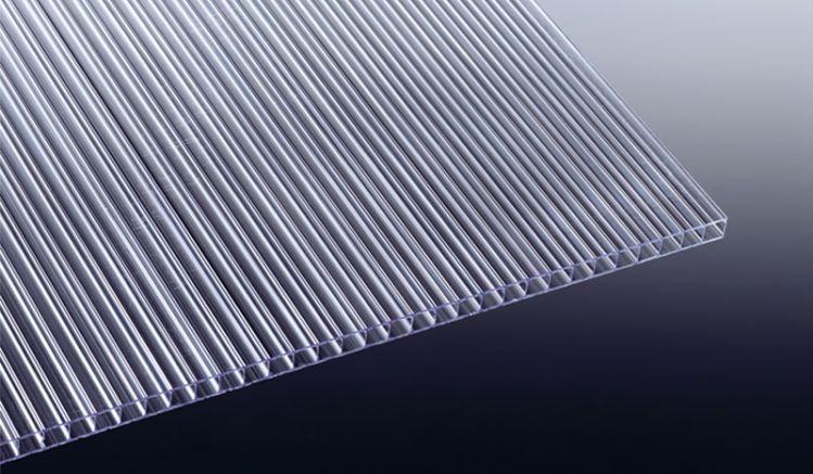 Die extrem hagelfeste Polycarbonat Stegplatte - 4 mm - Glasklar ist in den Längen 2000 - 3000 mm erhältlich. Durch die geringe Plattenstärke ist die Platte kalt verformbar.
