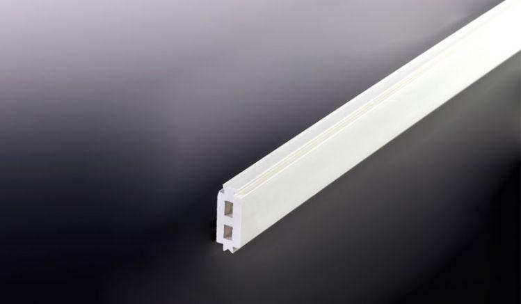 Die 16 mm PVC Randdistanzleiste für unser günstiges Aluprofil Universalsystem. Die Distanzleisten werden in die entsprechende Aufnahme am Unter- bzw. Oberprofil eingeschoben um den gewünschten Abstand zur Unterkonstruktion einzuhalten und die 16 mm Stegpl