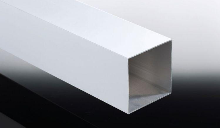 Der 11 x 11 cm Stützpfosten aus Aluminium kann in fünf verschiedenen Längen und diversen Farben bestellt werden