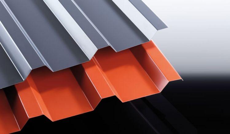 Unser CE-zertifiziertes Trapezblech aus Stahlfeinblech hat das Profil 207/35 und ist 25 my Polyester beschichtet. Die Stärke beträgt 0,63 mm & Ihre Wunschlängen schneiden wir individuell zu.