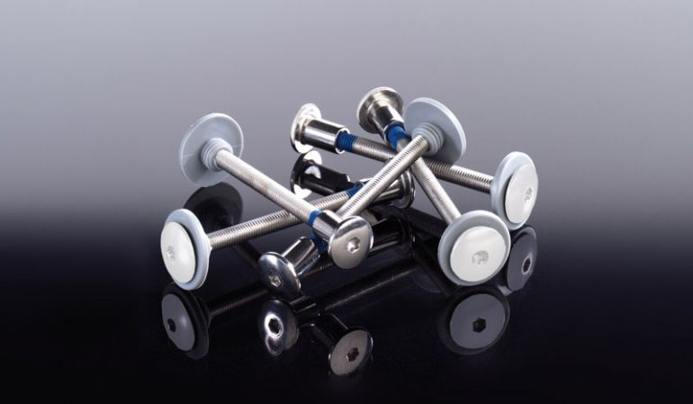 Weiße M5 Edelstahlschraube V2A, Kunststoffdistanzstück und Gewindehülse. Zur stabilen Kunststoff-Profilmontage am Querriegel