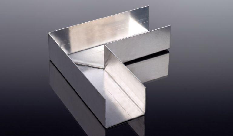Mit dem 90° Winkelverbinder verbinden Sie Ihre Aluminium-Kastenrinnen über Eck