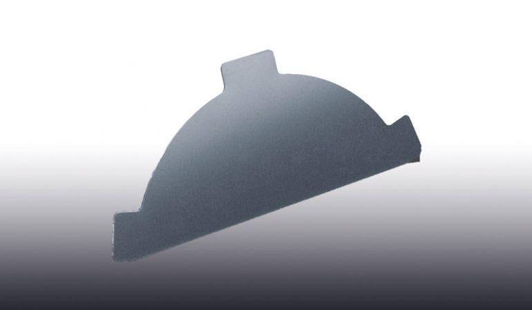 Das Endstück des Pfannen-Firstbleches aus Aluminium ist in den Farben Anthrazitgrau, Rotbraun, Graualuminium, Weißaluminium und Moosgrün erhältlich.