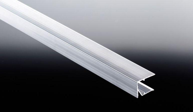 Das günstige 16 mm Alu U-Abschlussprofil verschließt die unteren Plattenstirnseiten um ein Endringen von Feuchtigkeit und Schmutz zu verhindern. Benötigtes Abdichtungsband und Aluminum Klebeband finden Sie ebenfalls in unserem Shop.