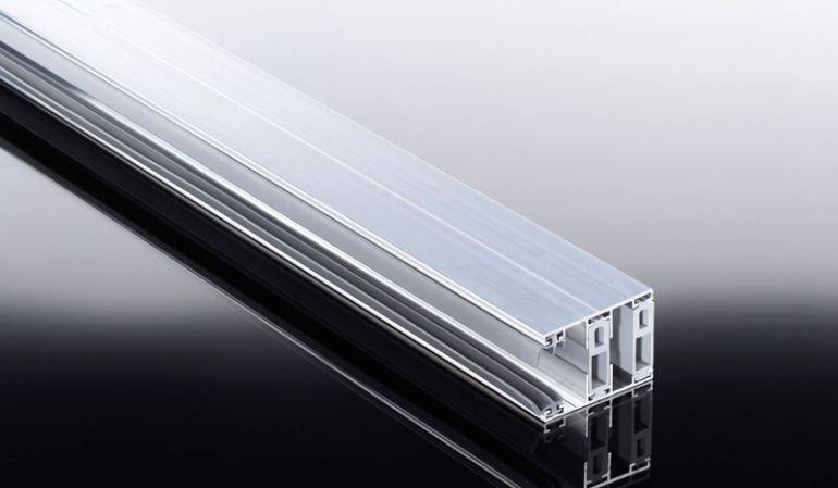 Das Aluprofil unseres Thermosystems mit optimer Wärmedämmung für 25 mm Stegplatten: bestehend aus thermisch getrenntem Ober- und Unterprofil. Erhältlich in Längen von 2000 mm bis 7000 mm.