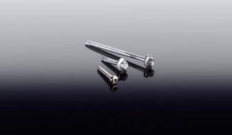 Günstige Edelstahlschraube 4,8 x 32 mm mit Torx Kopf für die schnelle Montage. Diese dient der Montage des Unterprofils aus Aluminium auf der Konstruktion!