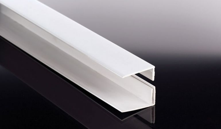 Das 2-teilige weiße Startprofil für 16,5 mm Heering Fassadenpaneele wird in einer Länge von 6000 mm ausgeliefert