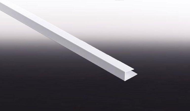 Die U-Abschlussleiste sorgt für eine einheitliche Optik in der Fassade. Verkehrsweiße (RAL 9016) Leisten haben eine Lieferlänge von 3 m