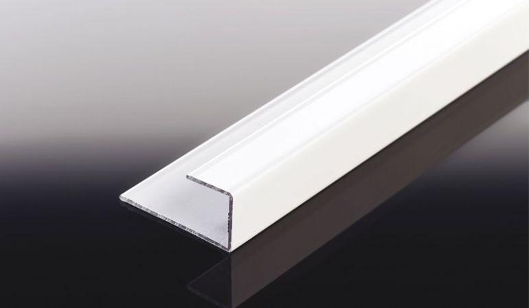 Für saubere und schöne Abschlüsse: Mit dem weißen/braunen Aluprofil erhalten Fassadenpaneel-Konstruktionen den letzten Schliff. Zuschnitte der 6000 mm Abschlussprofile sind unkompliziert möglich