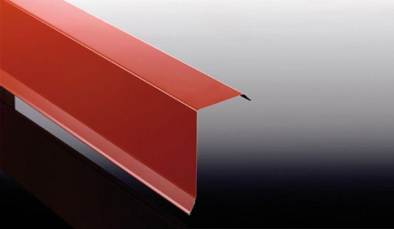 Das Ortgangblech mit der Stärke 0,63 mm hat eine 25 my Polyester Beschichtung. Das Ortgangblech ist in den Längen 500 / 1000 / 1500 / 2000 / 2500 / 3000 und 3500 mm erhältlich.