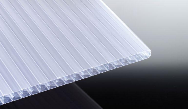 Die 16 mm Stegplatte aus Polycarbonat in weiß-opal schützt vor zu hoher Sonneneinstrahlung und hat eine hohe Steifigkeit. Sie ist in den Längen 2000 mm bis 6000 mm erhältlich - die Breite beträgt 980 mm.