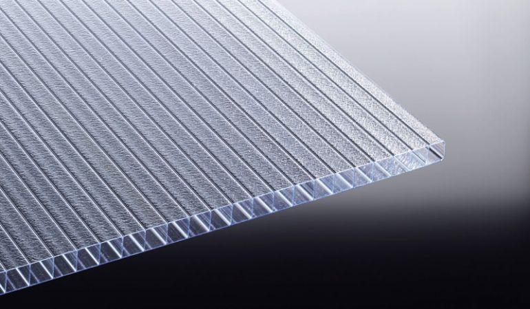 Die lichtstreuende und extrem hagelschlagfeste Polycarbonat Stegplatte in 16 mm Stärke. Die innenliegende Eiskristall-Struktur streut das Licht auf eine angenehme Art und Weise. Erhältlich bis zu einer Länge von 7 Metern.