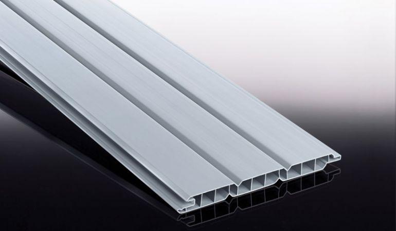 Graue 17 mm PVC-Paneele sind UV- und witterungsbeständig und eignen sich perfekt für Wand- und Deckenverkleidungen sowie Traufen- und Ortgangschalungen