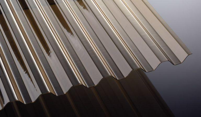 Unsere PVC Wellplatten in der Farbe Bronze schützen vor der Sonne und haben eine Stärke von 1,4 mm und ein Gesamtmaß von 1092 x 2000 - 7000 mm. Ideal für Terrassenüberdachungen und Carports.
