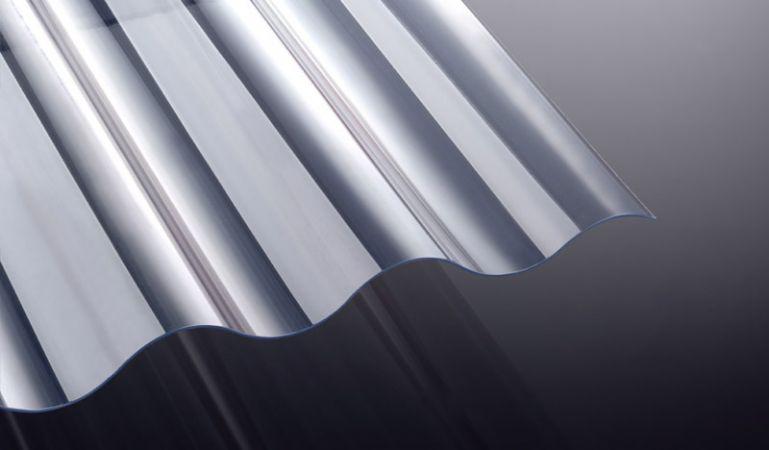 Die glasklare Wellplatte aus PVC hat eine Stärke von 1,2 mm, das Profil 130/30 - Welle 8 und die Abmessungen: 1000 x 1250/1600/2000/2500/3000 mm