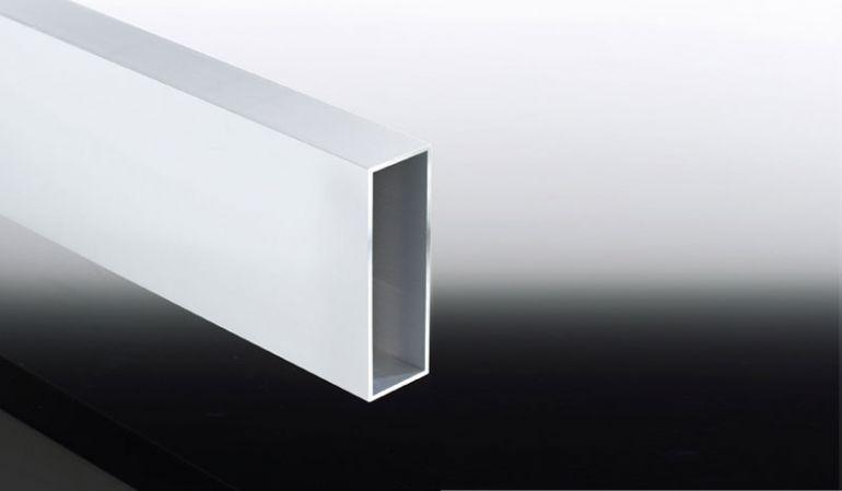 Das 50 x 150 mm Verstärkungsprofil aus Aluminium ist in 500, 600 und 700 cm Länge sowie sieben Farben erhältlich. Es ersetzt den mittleren Stützpfosten