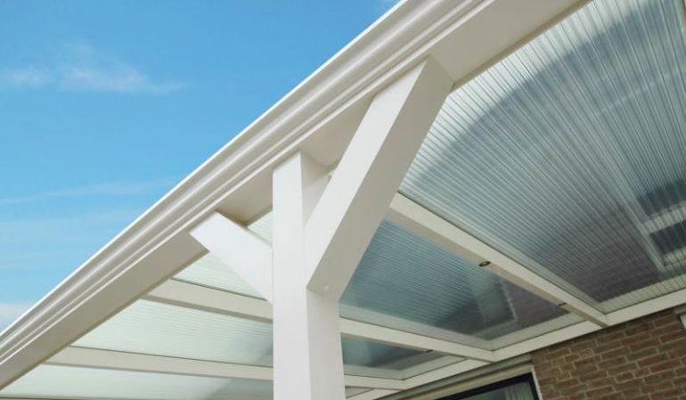 Die 45°-Winkelstrebe sorgt bei Terrassenüberdachungen für einen robusten Look. Zudem verleiht sie der Konstruktion mehr Stabilität. Die Länge beträgt 60 cm