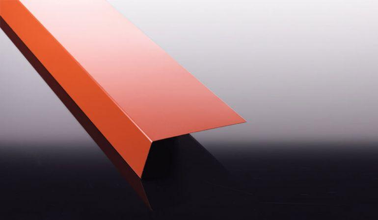 Das 0,63 mm Traufenblech mit 25 my Polyester Beschichtung hat eine hohe Witterungs- und UV-Beständigkeit und somit eine lange Lebensdauer.
