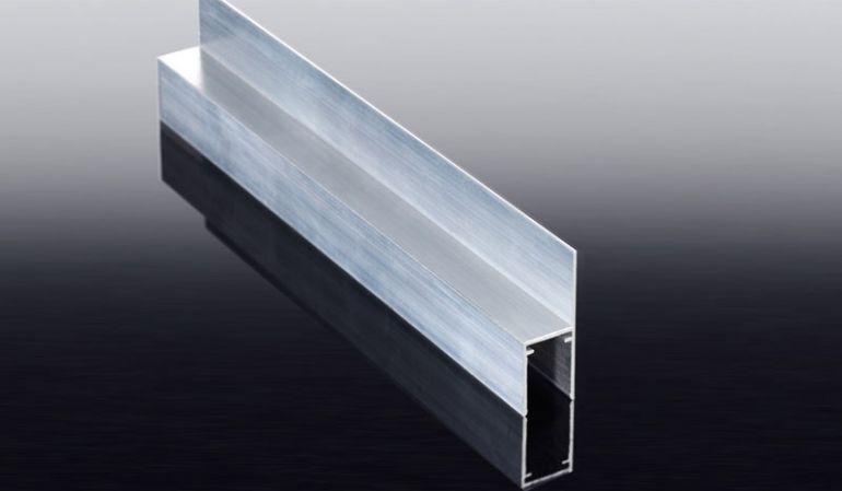 Für den seitlichen Abschluss von Hohlkammerpaneelen: Das U-Profil mit Befestigungslasche ermöglicht eine noch einfachere und ggf. dichtere Montage